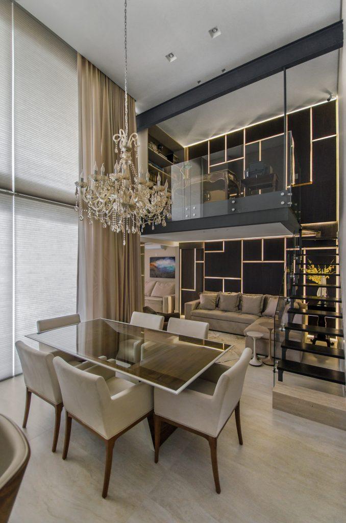 O lustre reina no pé-direito duplo dentro da composição do projeto luminotécnico - site eleoneprestes.com