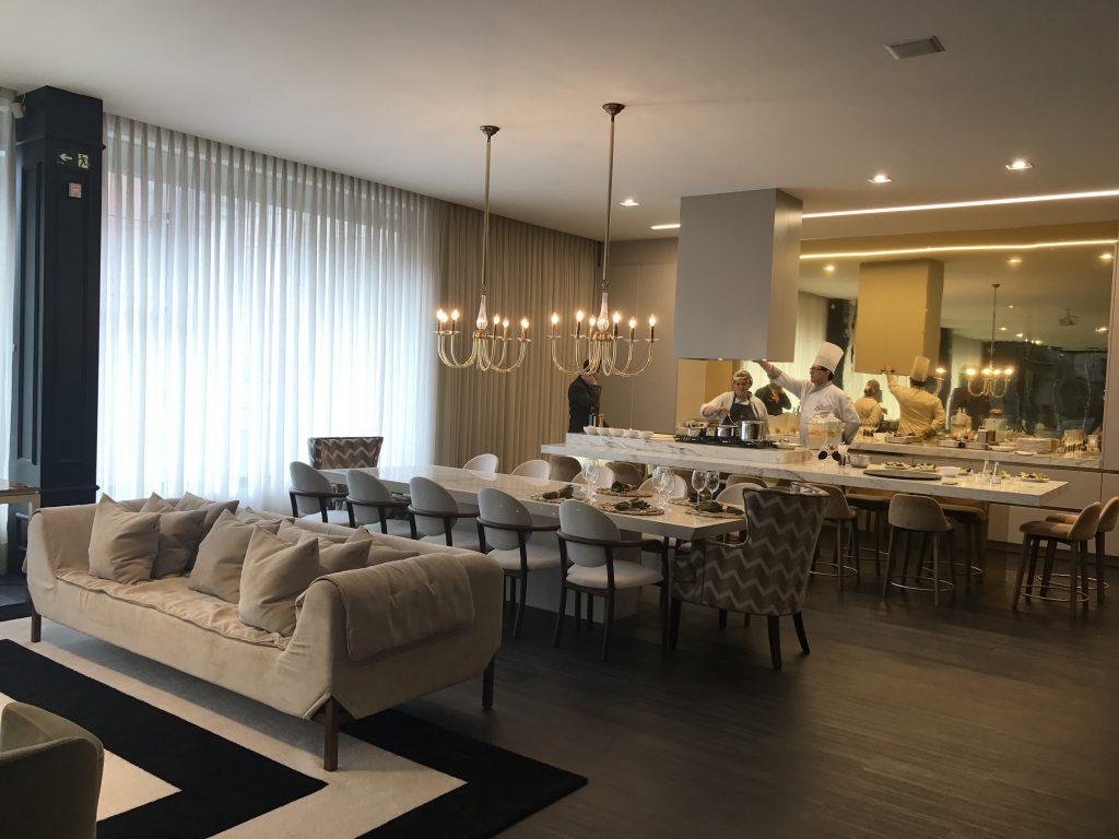 Ambientes de estar, jantar e gourmeteria ao fundo na Boutique Censi, em Caxias do Sul