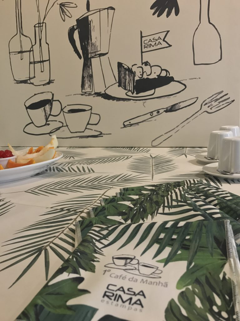 Mesa pronta para o café de sexta-feira