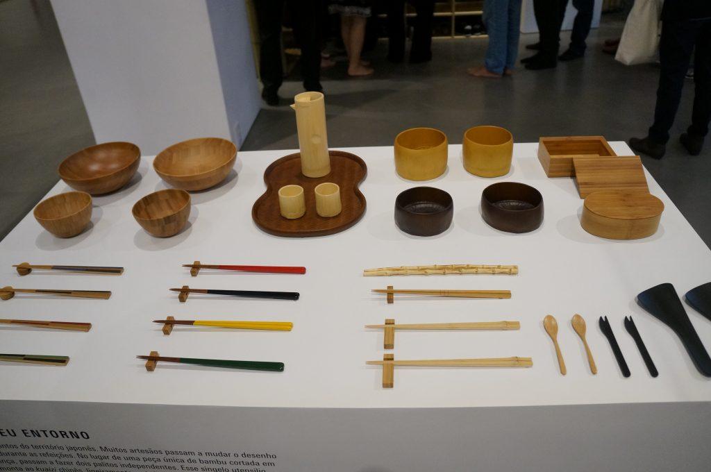 Utensílios artesanais feitos de bambu, expostos no piso térreo da Japan House