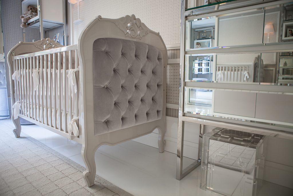 Berço do bebê no quarto projetado por Cássia Kroeff
