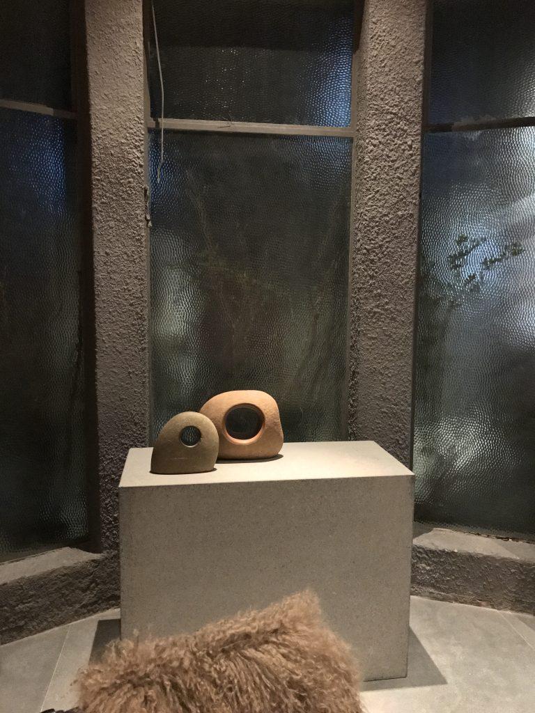 Esculturas de Bez Batti mostradas com solenidade e sobre a mesa
