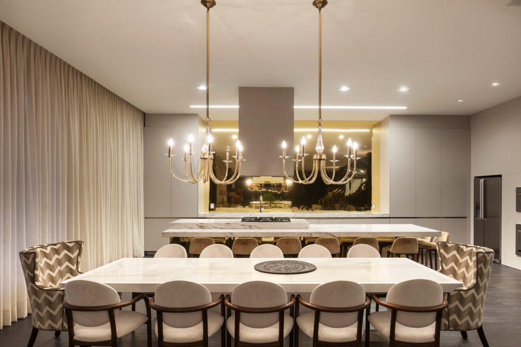 Vista da mesa de jantar, destaque para os lustres em cristal italiano da década de 60
