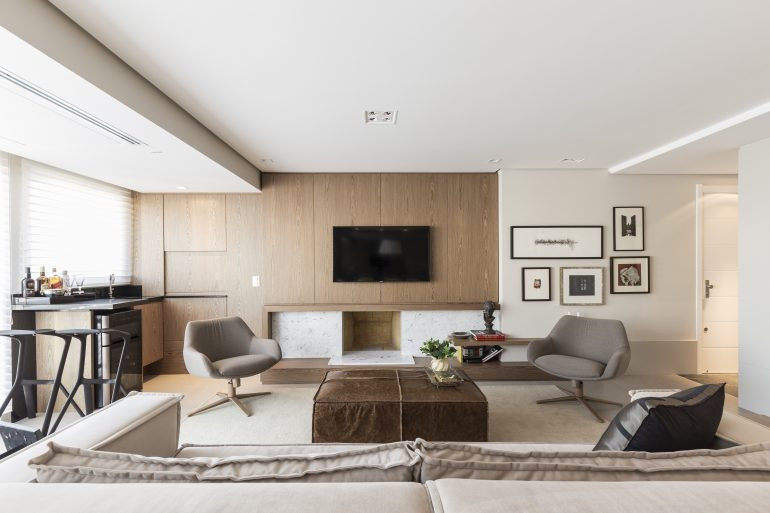 Living de apartamento projetado por Marcelo Polido e Ana Hnszel