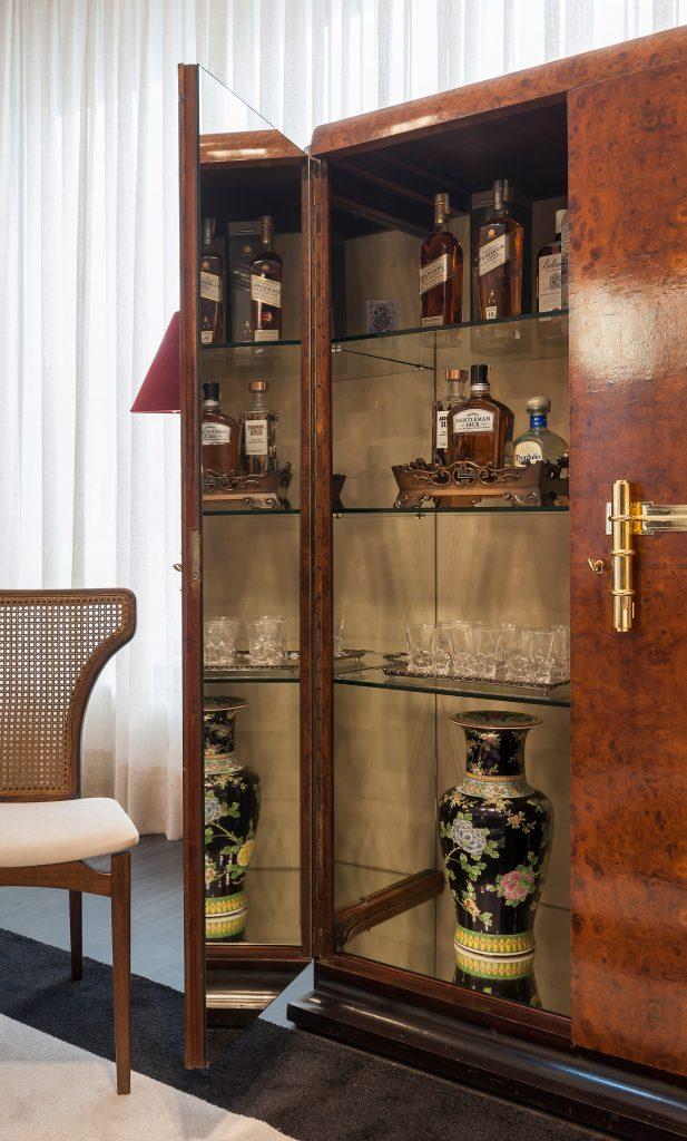 Outra peça de antiquário na Boutique Censi: um bar francês em rádica da década de 1930