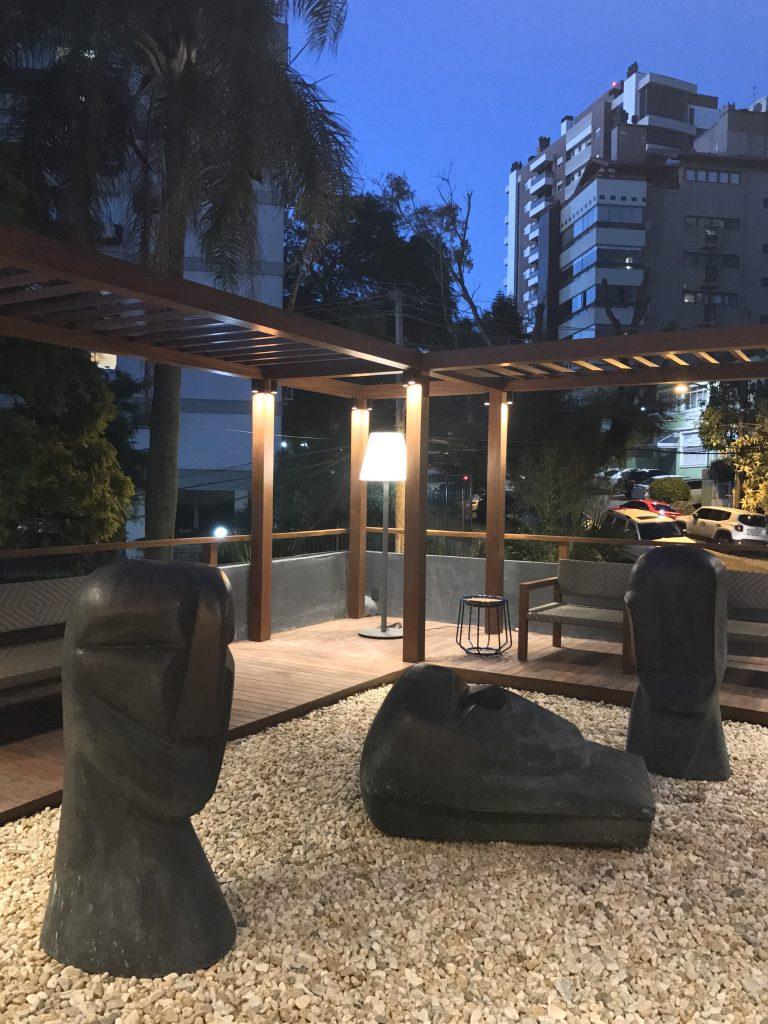 Esculturas de Saint Clair Cemin marcam o ambiente externo