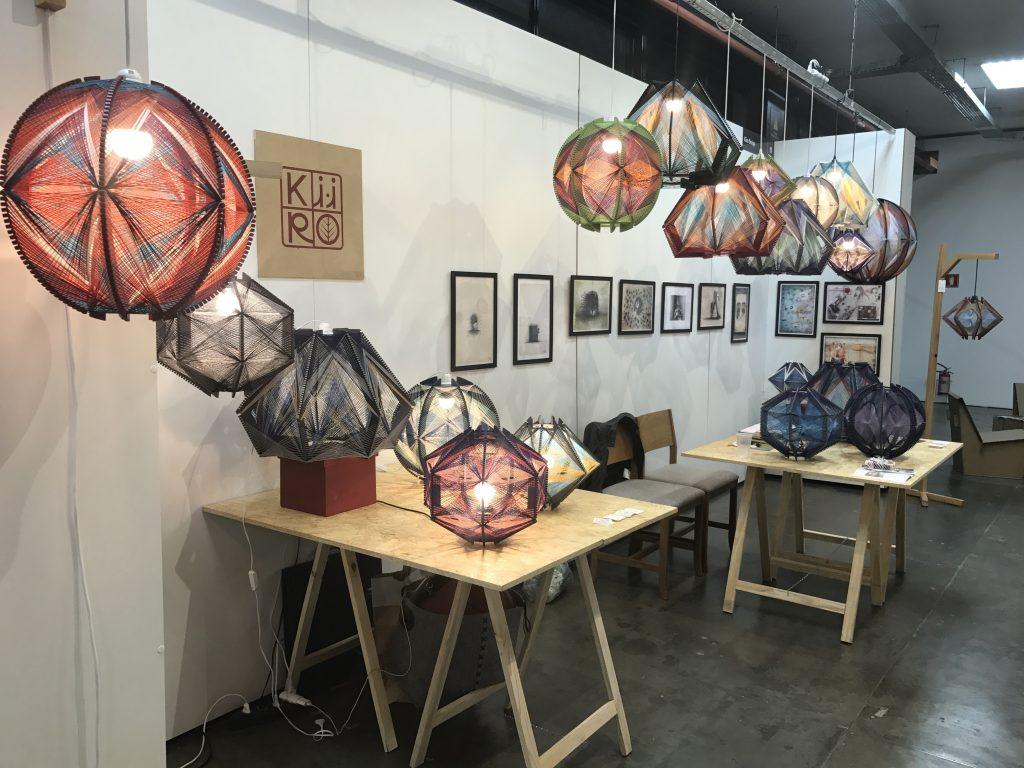 Luminárias Kiiro expostas na feira Paralela, no Pavilhão da Bienal (foto Eleone Prestes)