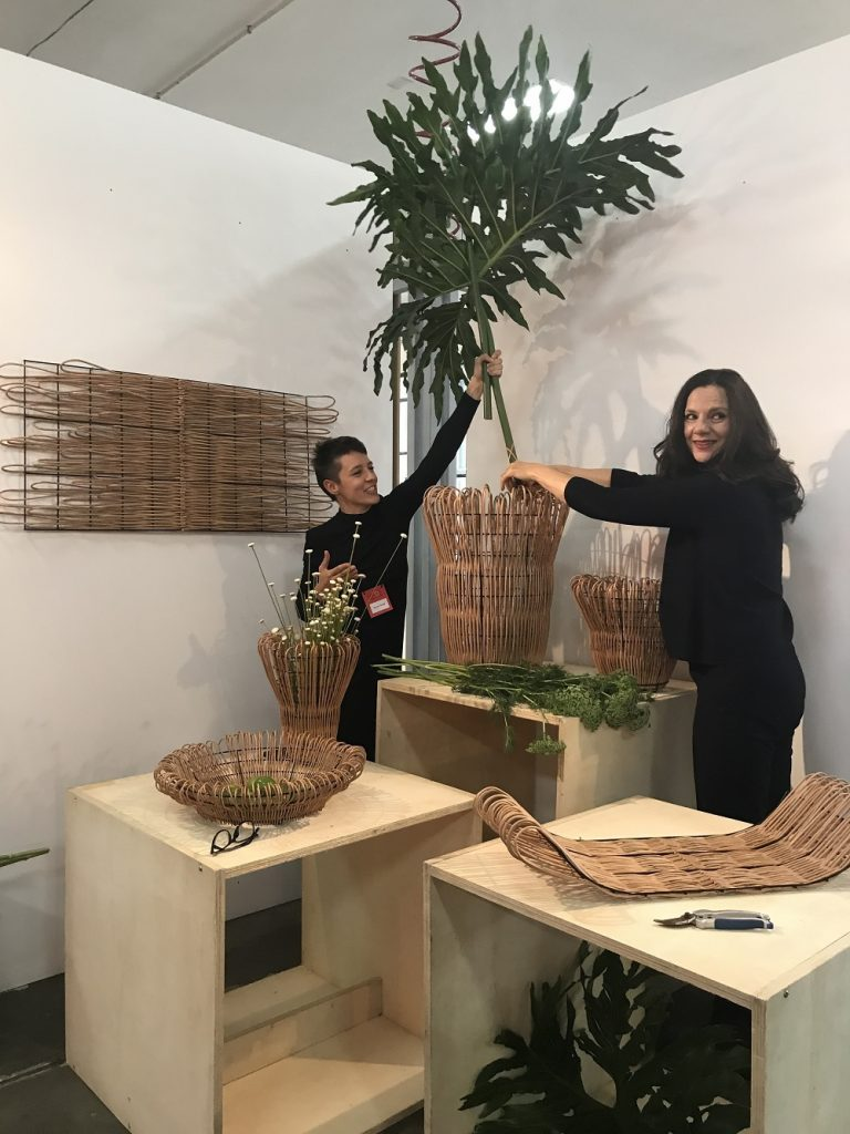 Nicole Tomazi no seu estande, com obras em fibras naturais, com Nicole Toldi (D)