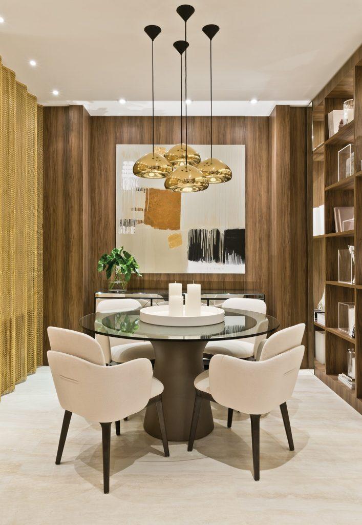 Espaço para refeições tem a marca do metal do conjunto de luminárias pendentes