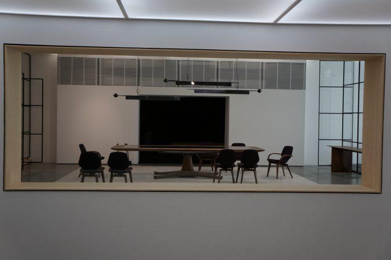 Peças icônicas e premiadas desenhadas por Jader Almeida como as cadeiras Easy e Clad, a poltrona Mad, e o banco Phillips, além das mesas Jardim e Cigg, além da luminária Memory, feitas para a SOLLOS também integram a mostra.