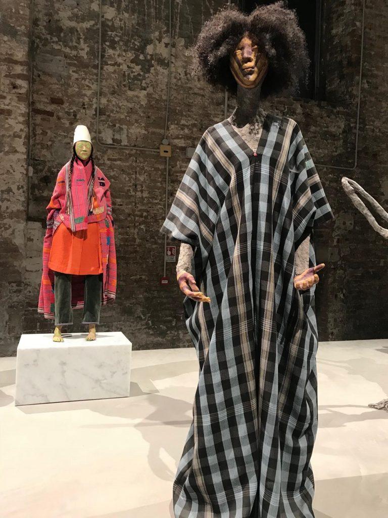 Tecidos fazem parte de obras de várias maneiras, inclusive da forma convencional, como roupas