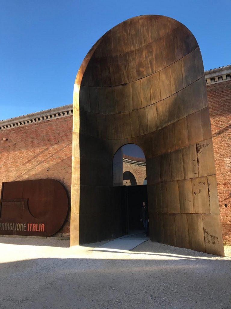 A entrada do Pavihão da Itália