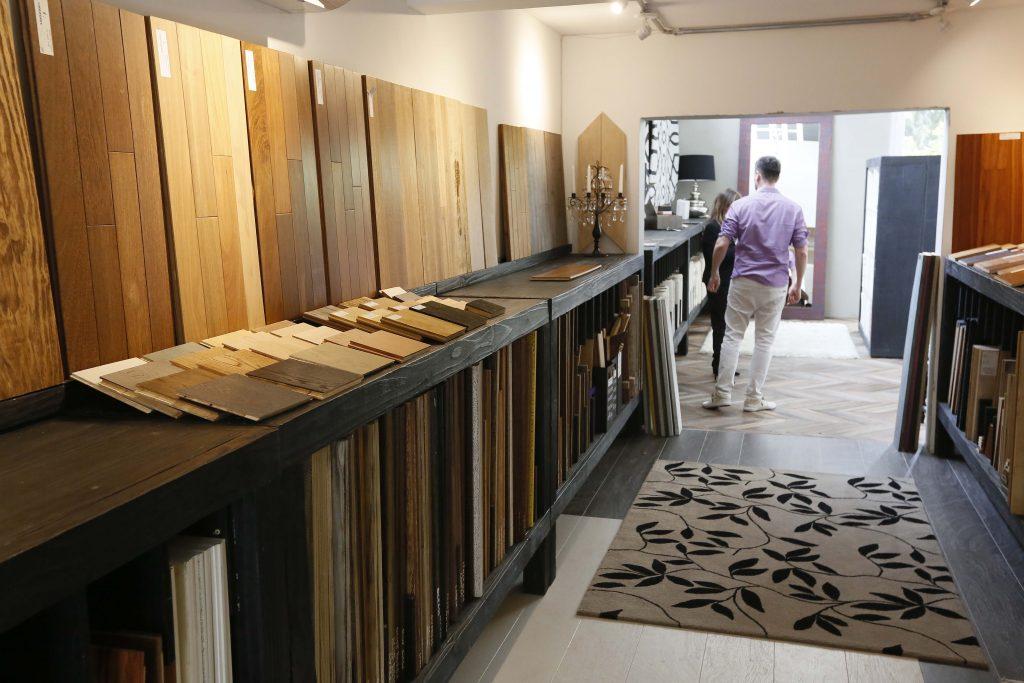 Interior da loja é um grande mostruário dos produtos com várias formas de revestir ambientes