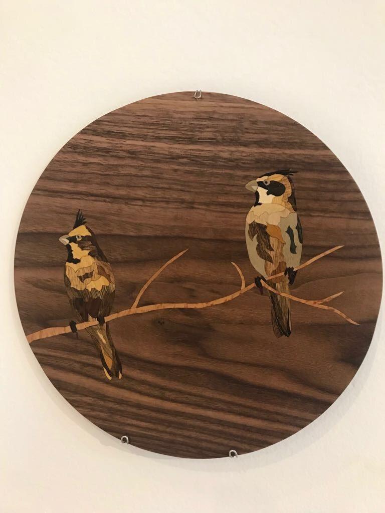 Cada prato de parede marchetado é peça única, com as variações das madeiras e da confecção uma a uma