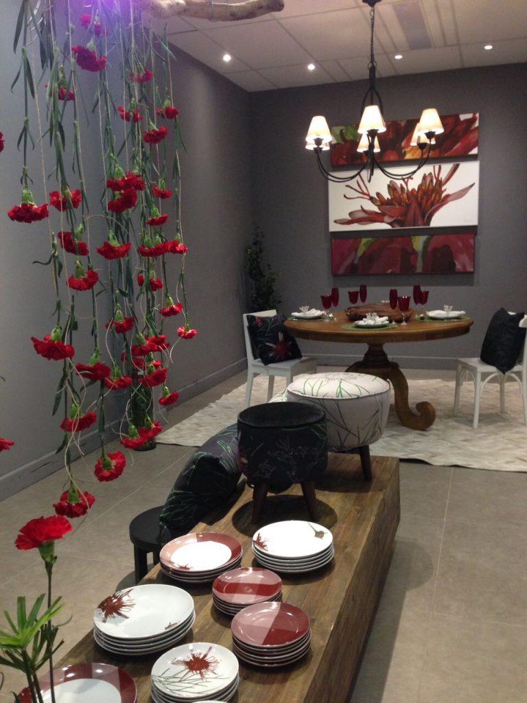 Proposta floral de Mariana Prestes em porcelanas e vidros exposta até 16 de dezembro na Casa de Alessa