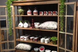 Proposta floral de Mariana Prestes Design em porcelanas e vidros exposta até 16 de dezembro na Casa de Alessa