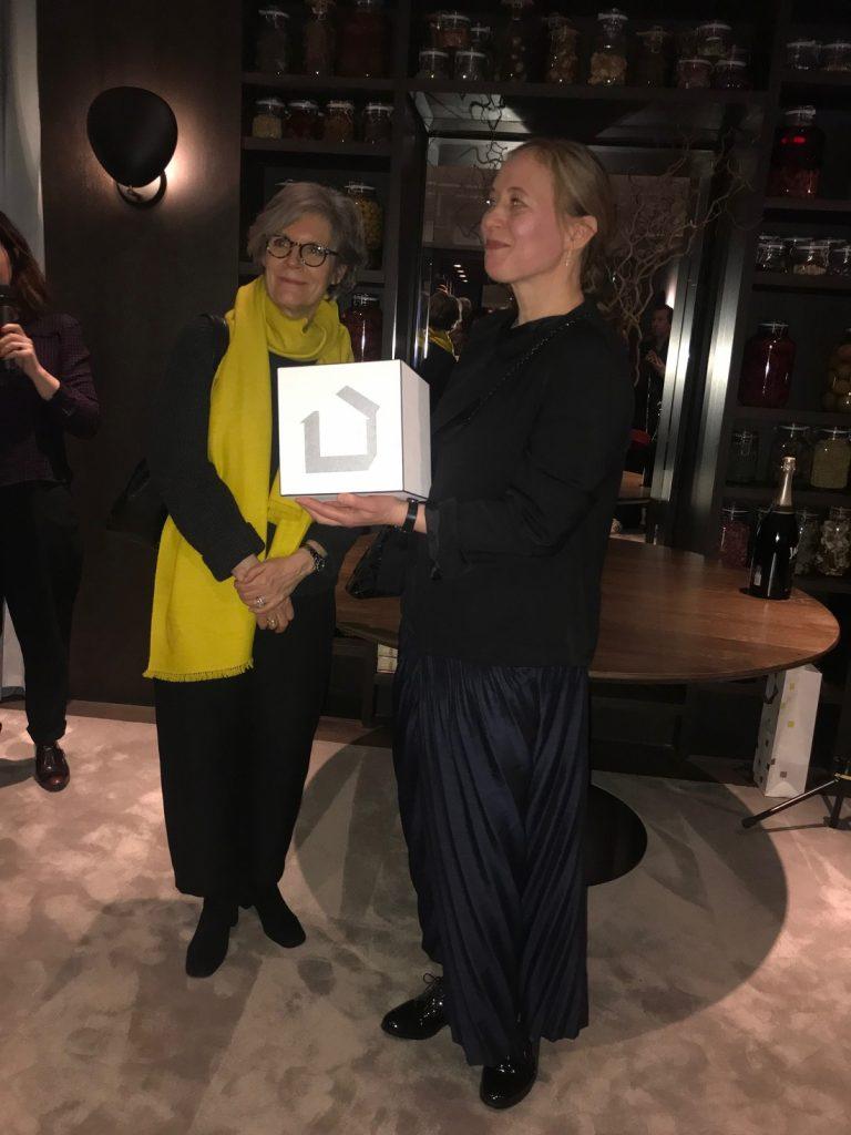 A designer do ano Maison & Objet recebendo o prêmio em Paris