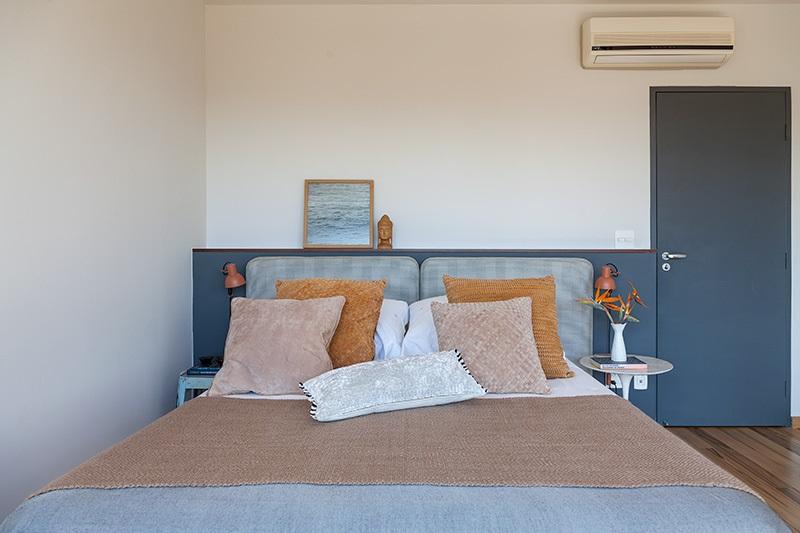 Dormitório com toques de cor nos tecidos