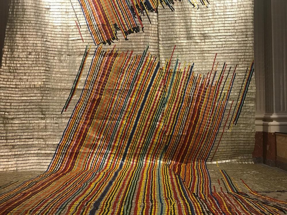 El Anatsui (Anuako, Gana, 1944), obra Ebb & Flow, 2018. Obra feita de alumínio e tampas de garrafa, fio de cobre e malha de ferro galvanizada. É coleção da galeria Jack Shainman, Nova York.