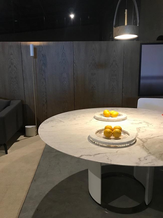 Pedras marcam parte da coleção, que fazem bonito combinadas em ambientes com mobiliário laminado e com detalhes em metal