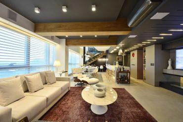 Branco nos móveis contracena com explosões pontuais de cor nos tapetes
