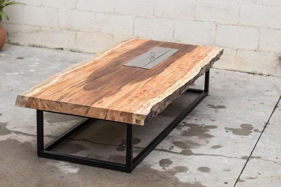 Lareira a álcool encaixada na base rústica que também serve como mesa de apoio