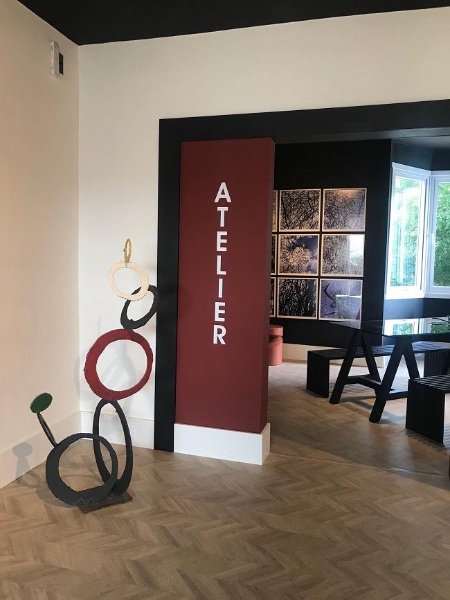 No Atelier vão ser realizados os cursos de várias técnicas de arte. As inscrições já estão abertas. Junto à porta, uma escultura de Xico Stockinger