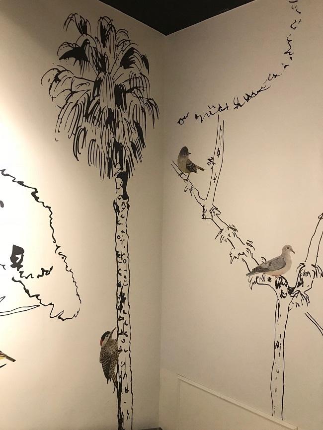 Detalhe do papel de parede criado por Mariana Prestes para a área da escada que recepciona o público na chegada à galeria
