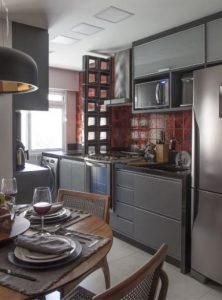 A cozinha tem detalhamento em cobogó ao fundo