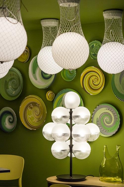 Luminárias diferentes e brancas entram para atenuar a ambientação ácida