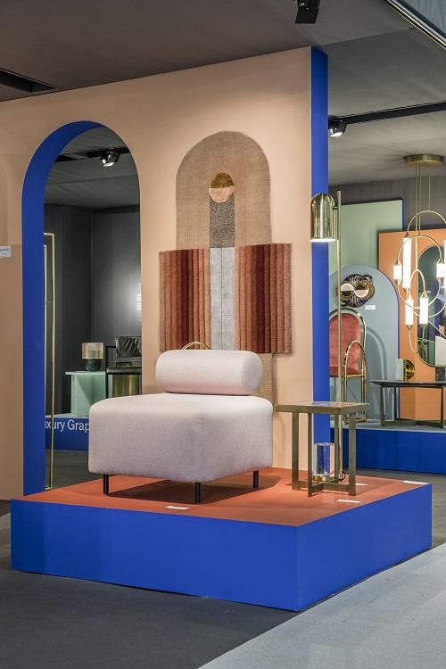 Atenção para o azul klein na estrutura para mostrar as peças de mobiliário e design