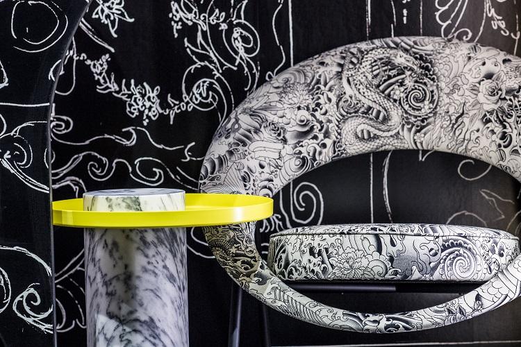 Estampa em preto-e-branco combinada com amarelo
