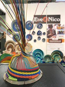 Modo de fazer peças feitas com fios de telefone na África do Sul é exibido junto aos produtos concluídos