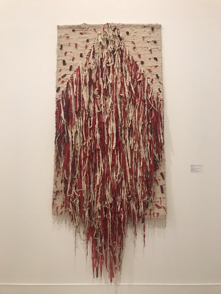 Alvora, de 1976, de Yeddo Titze, é obra feita em tear manual de baixo liço com fios de lã e tecidos rasgados