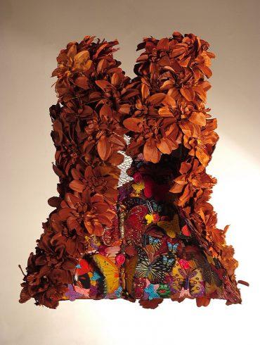 Vestidos e corselets inusitados compõem a mostra da obra de Cristina Rosa