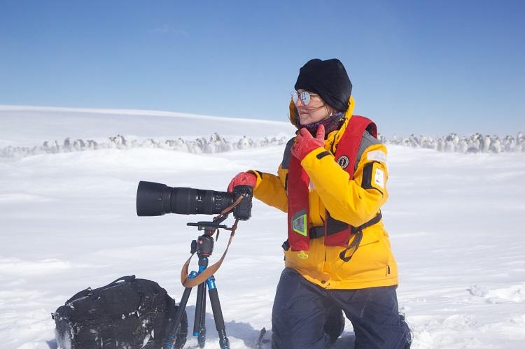 Marina Klink, fotógrafa, trabalhando na neve