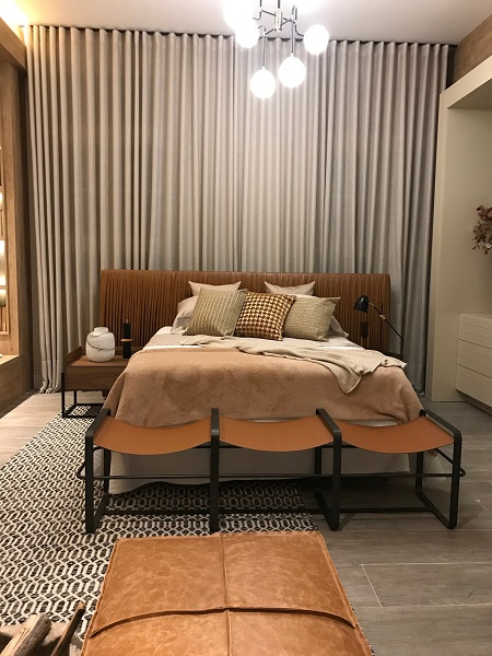 Cama com design do arquiteto que assina o ambiente