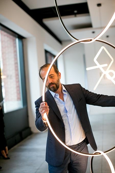 Michael Anastassiades e a luminária que criou para a Flos (Flos, Divulgação)