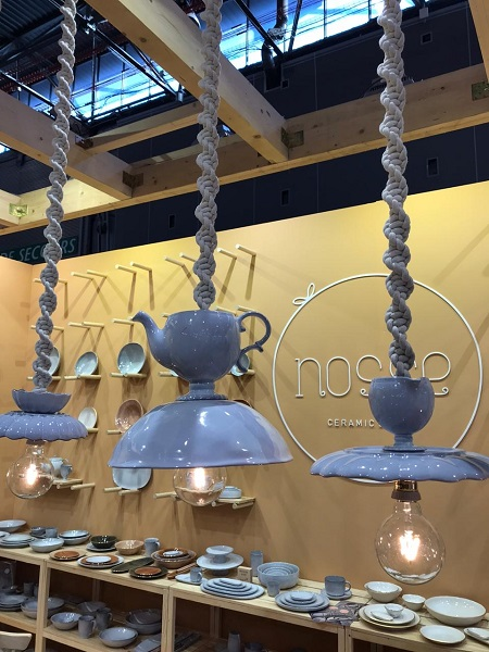 Estas peças são da nova marca portuguesa Nosse que estreia na feira parisiense com uma ótima qualidade de acabamento e impressão em pratos, luminárias e canecas
