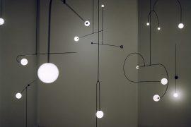 Instalação de luminárias em sala escura na Maison & Objet