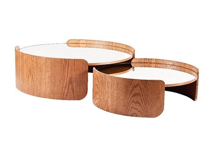 Linhas orgânicas e tampo de espelho marcam estas peças, com base de madeira em tom canela que a Studio Casa, do arquiteto Eduardo Mourão, propõem para ambientes de estar