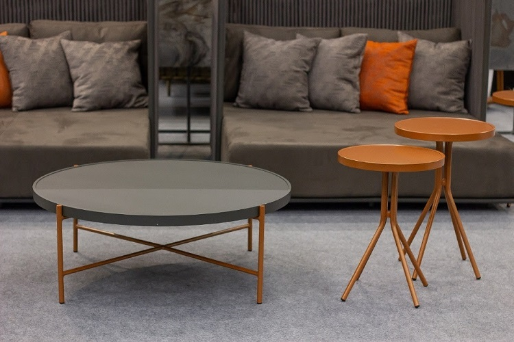 Há mais de 18 anos no mercado, a Deco Metal vai levar para a ABIMAD'29 uma mesa de centro em alumínio com pintura eletrostática. Comercializada em duas cores distintas (tampo e pés), a peça possibilita diversas combinações e se adapta a diversos estilos de decoração.