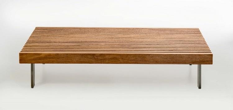 Assinada pelo arquiteto Arthur Casas, a mesa de centro da linha Ripas, da Butzke é perfeita para áreas indoor e outdoor. Produzida em madeira cumaru, estofado e pés de metal com acabamento em pintura Epóxi
