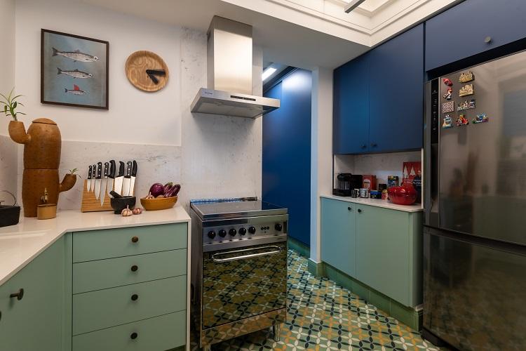 Azul também na cozinha daz conexão com a área social