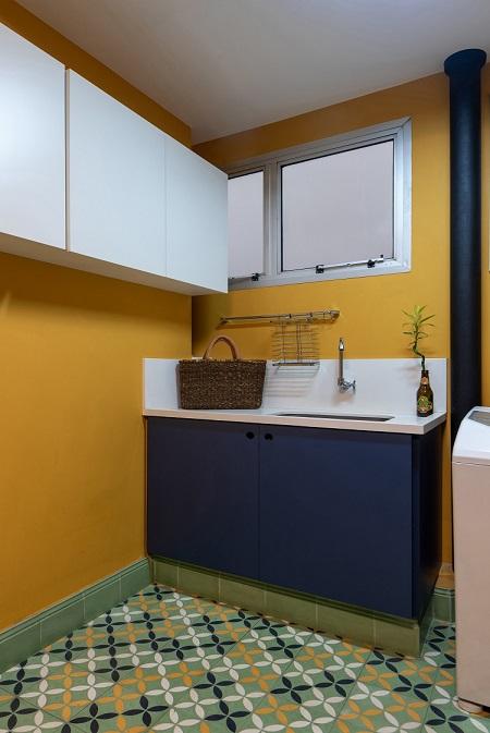 Piso de ladrilhos hidráulicos na cozinha e na lavanderia