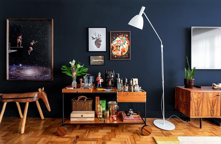 Design e artesanato conferem identidade à área social do apartamento, refletindo o estilo do casal de proprietários