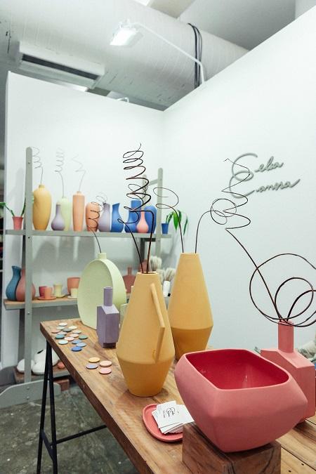 Vasos de porcelana de lítio de Celia Canosa estão dentro das tendências internacionais que chegam até a cerâmicas de aparência natural