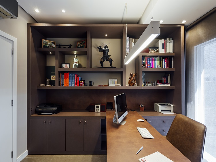 Escritório: O cliente pediu um ambiente sóbrio e com muito espaço para livros e memórias de viagens e momentos vividos na profissão.
