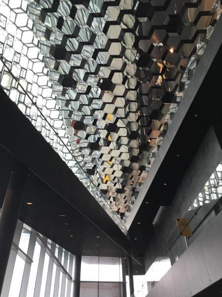 Riqueza de elementos inspiradores no edifício na Islândia