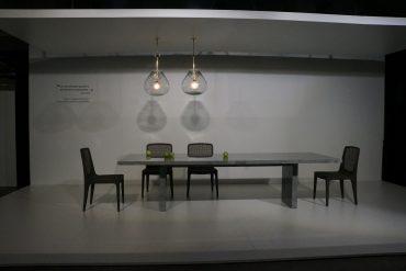 Ambiente de jantar com mesa criada por Jader Almeida com lastra da Portobello